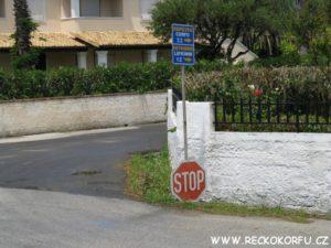 Agios Georgios křižovatka (Řecko Korfu) naproti půjčovně George - pro benzín pojedete doprava :)