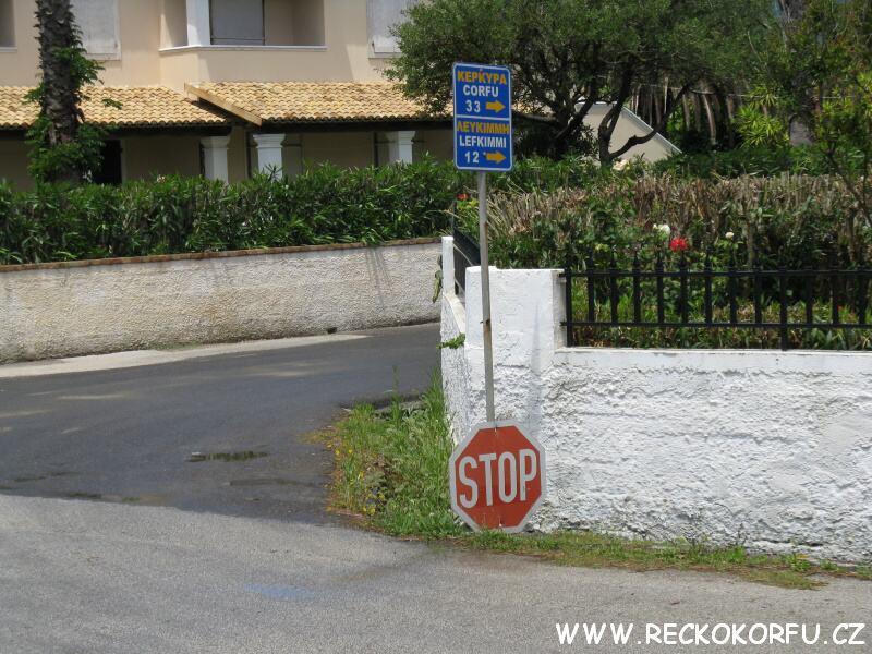 Agios Georgios křižovatka (Řecko Korfu) naproti půjčovně George – pro benzín pojedete doprava :)
