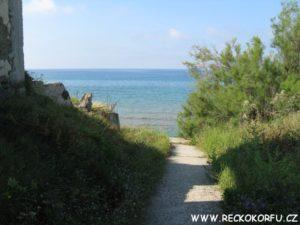 Cesta k pláži naproti hotelu Golden Sands - Řecko Korfu