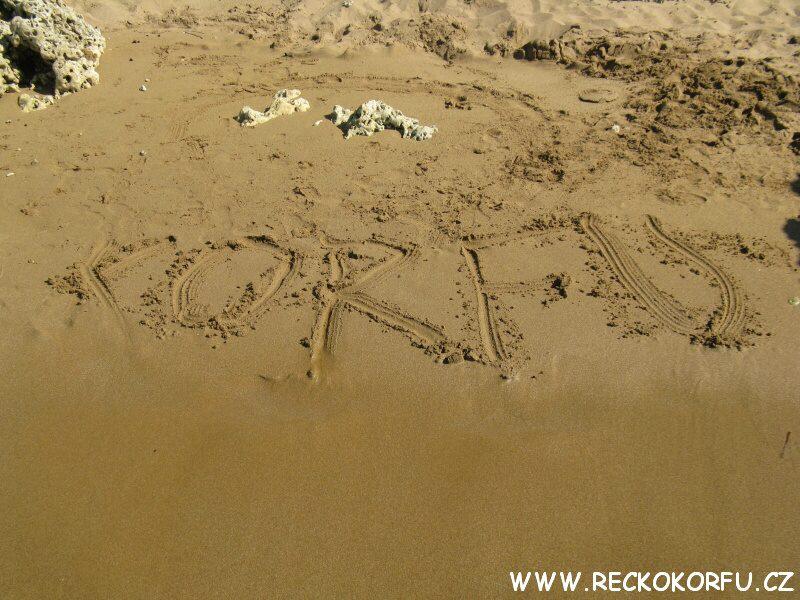 Korfu Řecko - nápis v písku na pláži