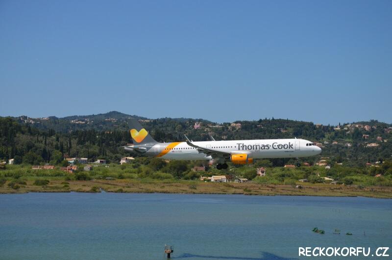 Letadlo přistává na Korfu v Řecku