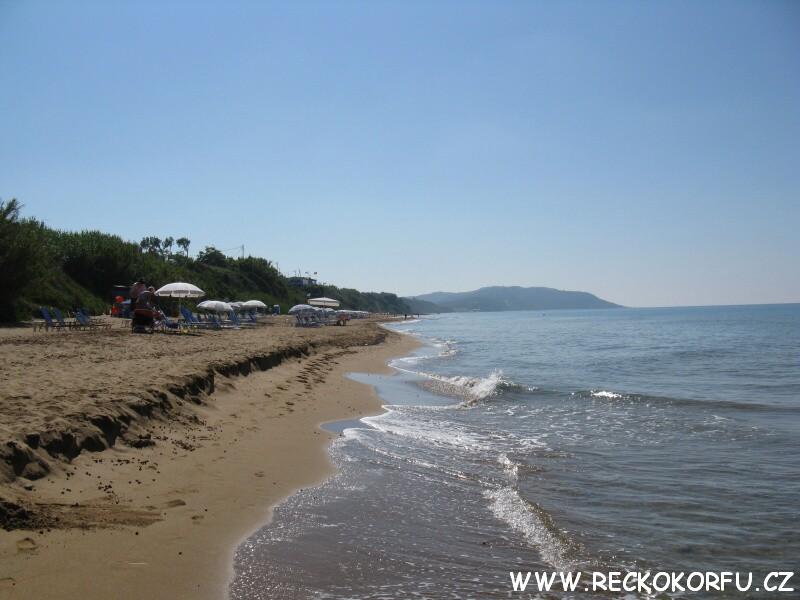 Pláž pod restaurací XL – Aqios Georgios – Řecko Korfu
